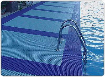модульное покрытие возле бассейна